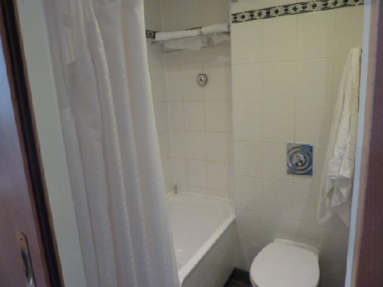 โรงแรมฮอลิเดย์อินน์ ลอนดอน เคนซิงตัน ฟอรั่ม: bathroom
