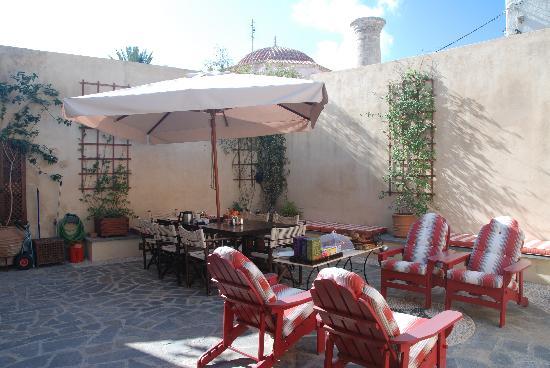 Zacosta Villa Hotel: I love this backyard, still remember we enjoyed breakfast here!
