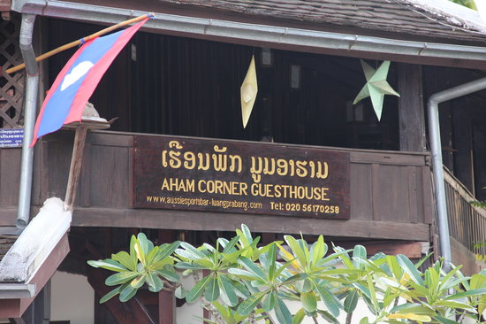 Aham Corner Guesthouse (Aussie Sports Bar & Guesthouse): sign from street