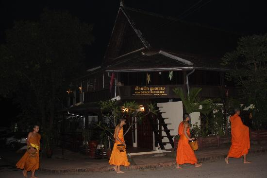 Aham Corner Guesthouse (Aussie Sports Bar & Guesthouse): monks outside before dawn