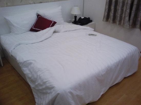 Hanoi Holiday Diamond Hotel: Superior room bed