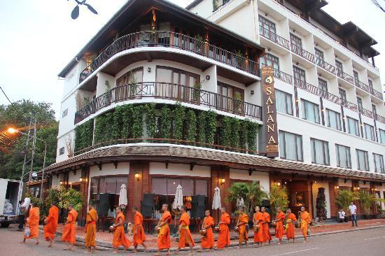 Salana Boutique Hotel: hotel with monks passing
