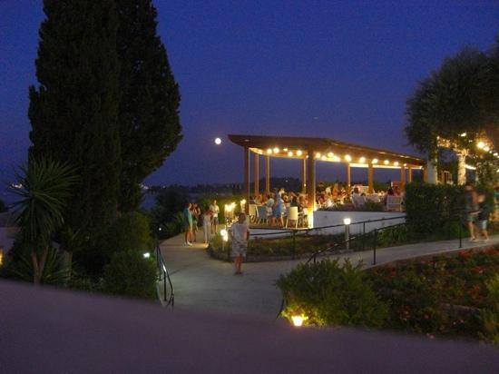 Louis Corcyra Beach Hotel: Terrasse, auf der die Mahlzeiten eingenommen werden können, so man einen freien Tisch findet...