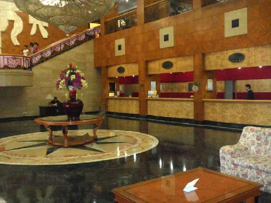 Golden Lustre Hotel: The lobby is impressive and the staff friendly, if not challenged in english.