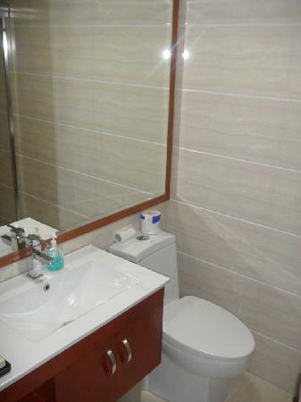 Golden Lustre Hotel: The bathroom was clean and certainly servicable; no complaints here.