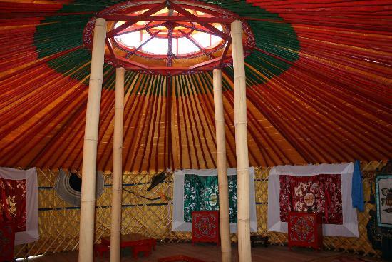 Camping LE VALLON : Interieur d'une yourte