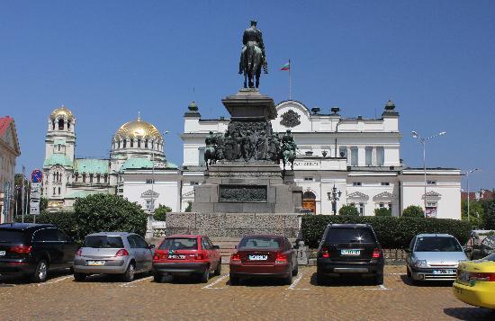 National Assembly of the Republic of Bulgaria : Blick vom Denkmal für Zar Nikolaus II auf das Parlament