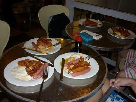 Strand Hotel: Hearty breakfast sets