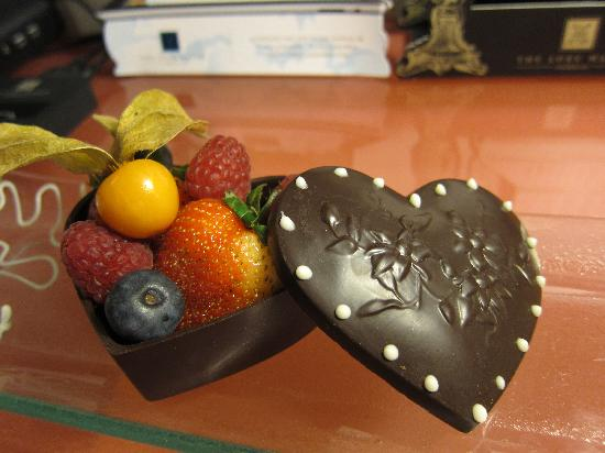 เดอลุกซ์ แมเนอร์: Chocolate fruit basket on arrival for our anniversary