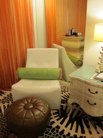 เดอลุกซ์ แมเนอร์: Sofa chair at corner of room