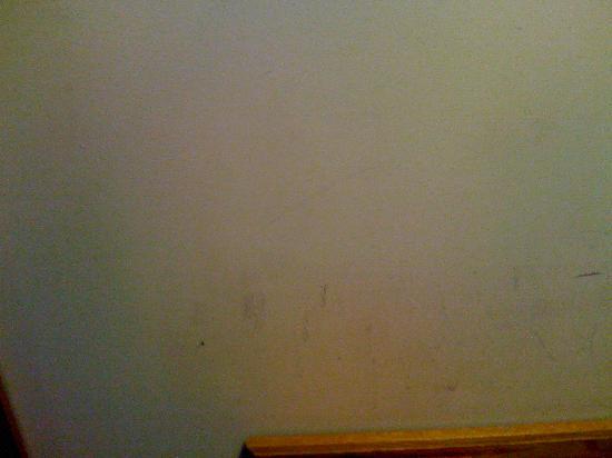 فيليدج هوتل ويرال: dirty paintwork
