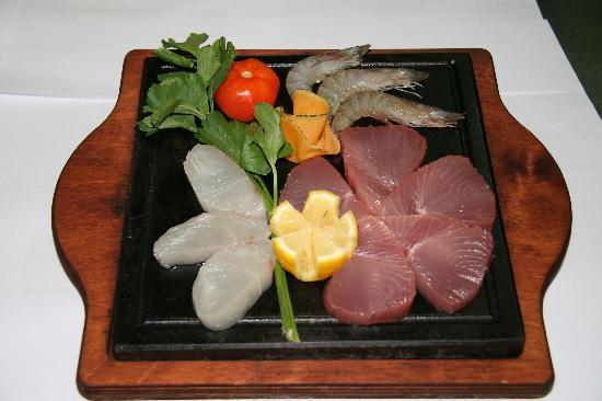 Restaurante Chandinho : Misto di pesce servito con pietra ollare