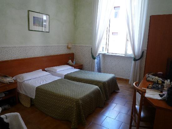 Hotel Capitol Roma: ツインルーム。ホテルの入り口の真上の3F