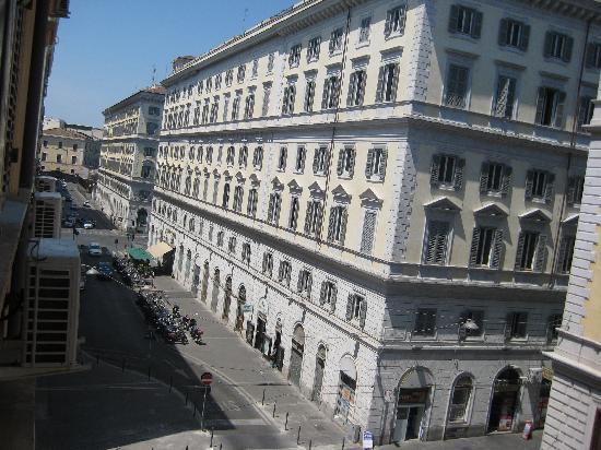 Hotel Capitol Roma : 室内の窓からの景色