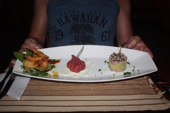 Restaurante X: Voorgerecht, trio met garnalen, tonijntartaar en knapzakje van carpaccio gevuld met huisgemaakte