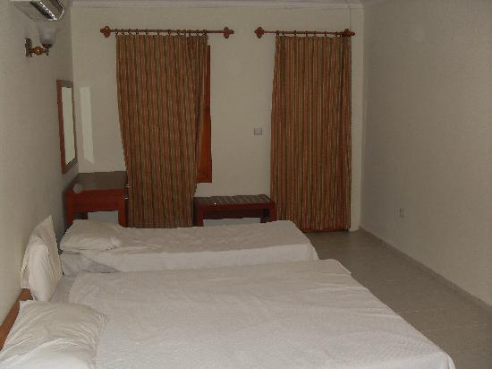 Saray Hotel: One of the two bed areas in room
