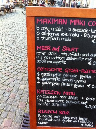 Makiman Restaurant: Schiefertafel des Makiman in der Fußgängerzone