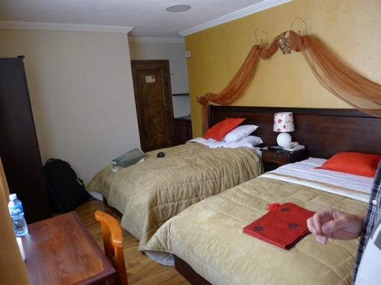Morenica del Rosario Hotel: Twin room with external window onto brick wall