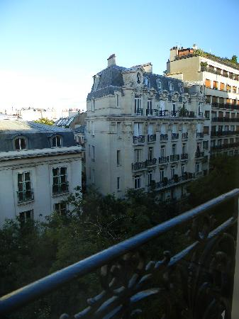 Hotel Palais de Chaillot: Looking out our window