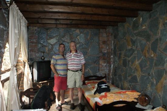 Hotel Nasho Vruho: We wnętrzu pokoju właściciel hotelu z gościem