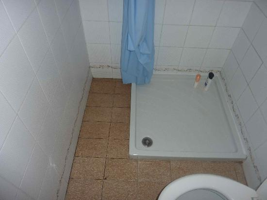Camping Cisano San Vito: The shower area, with mould.