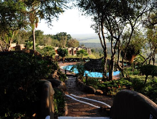 Mara Serena Safari Lodge: The pool and the view from that side