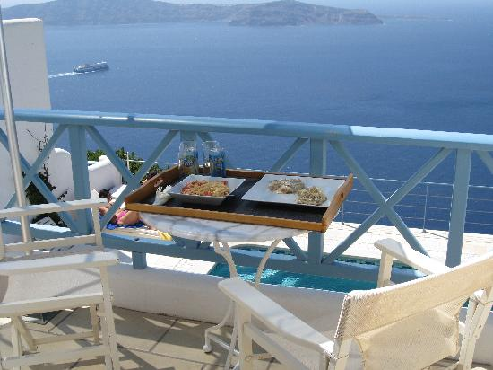 Absolute Bliss Imerovigli Suites: perfect breakfast at the balcony