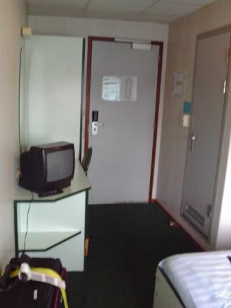 Amstel Botel: Our room, or a 1970s hospital ward...you decide...