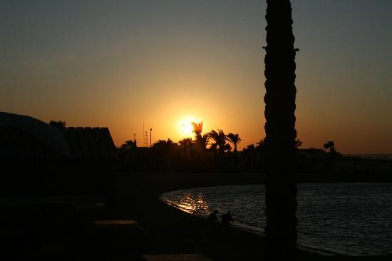 شدوان غولدن بيتش ريزورت: SUN SET ON THE BEACH
