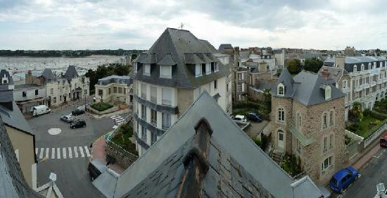 L'Hotel Roche Corneille : Vue panoramique par une des fenêtres