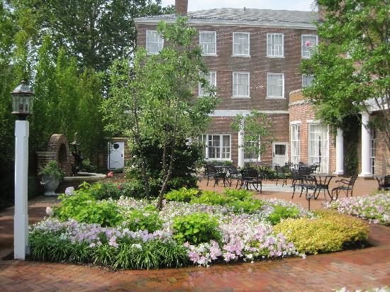 Tidewater Inn: Court yard