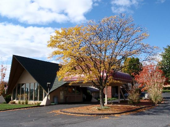 Black Horse Lodge and Suites: Black Horse Lodge in Autumn