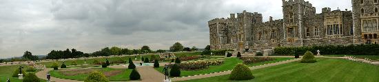 พระราชวังวินด์เซอร์: Castle by moat