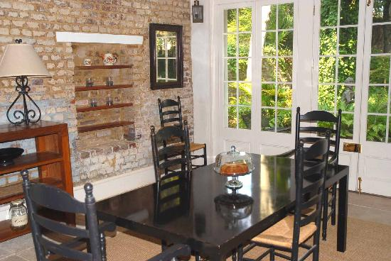 21 East Battery Bed and Breakfast: The kitchen area of the Carriage House