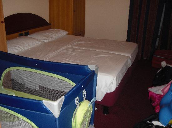 Club Family Hotel Executive: La culla impedisce l'apertura dell'armadio el'accesso al letto