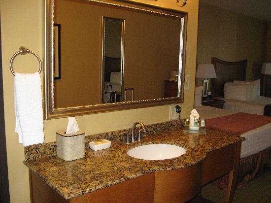 BEST WESTERN PLUS Swiss Chalet Hotel & Suites: Separate bath and Vanity