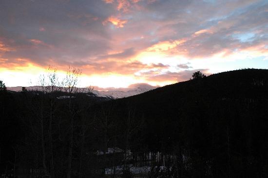 Woodspur Lodge: Sunrise throgh the A-Frame Windows