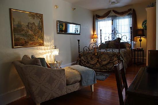 Casa de Suenos Bed & Breakfast: The Cordova room.  Love that chaise lounge!