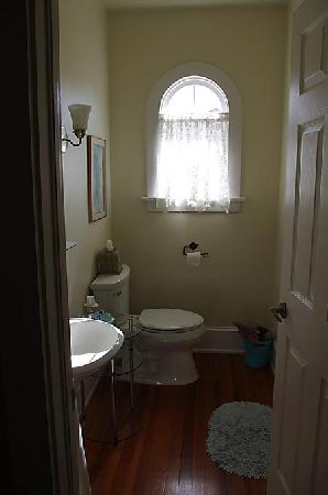 Casa de Suenos Bed and Breakfast: Separate toilet, with a second sink