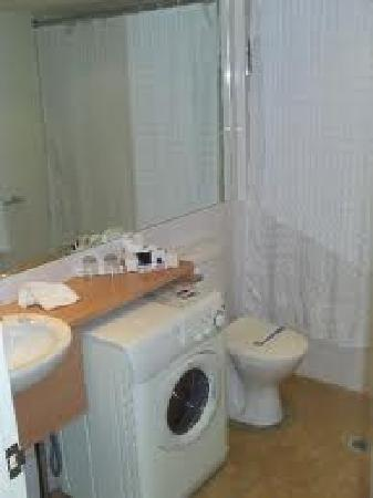 Waldorf Parramatta Apartment Hotel: Laundry in Unit