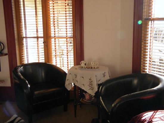 Collingwood Manor Bed and Breakfast: tea & coffee nook with biscuits