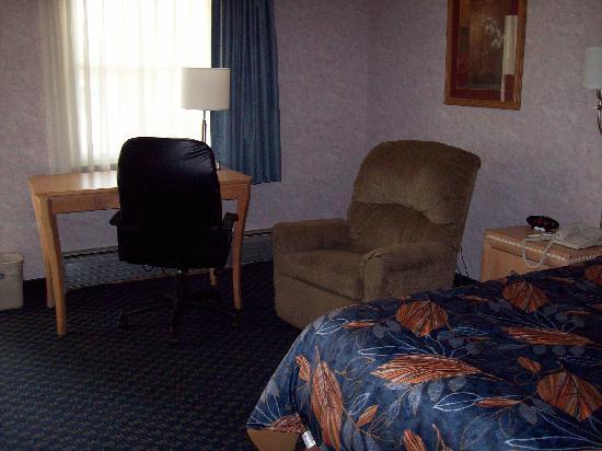 Best Western Bennington: Desk and Chairs