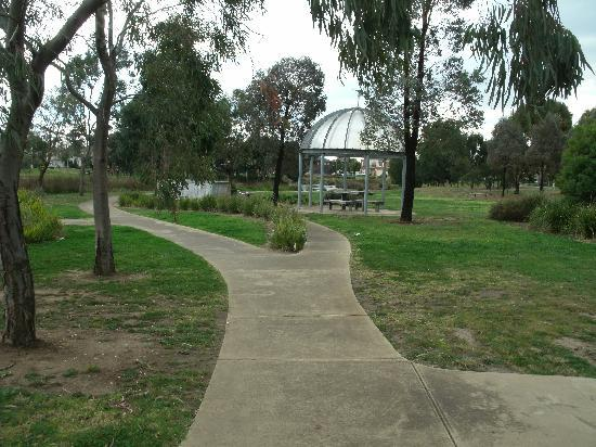 Cairnlea Lakes: BBQ Area