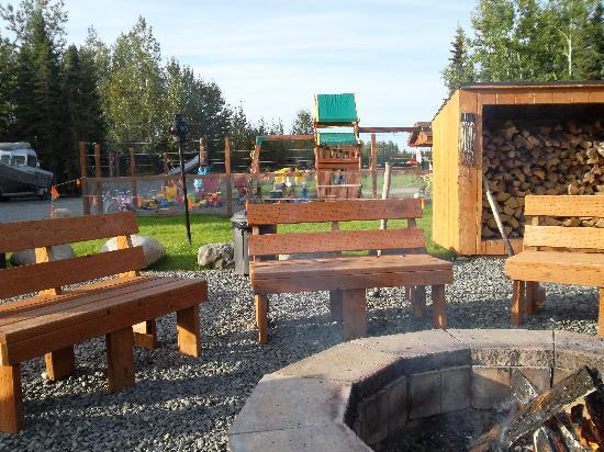 Redfish Lodge: fire pit and children's play area