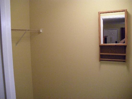 Ambassador Inn & Luxury Suites: バスルームの手前にはウォークインクローゼット