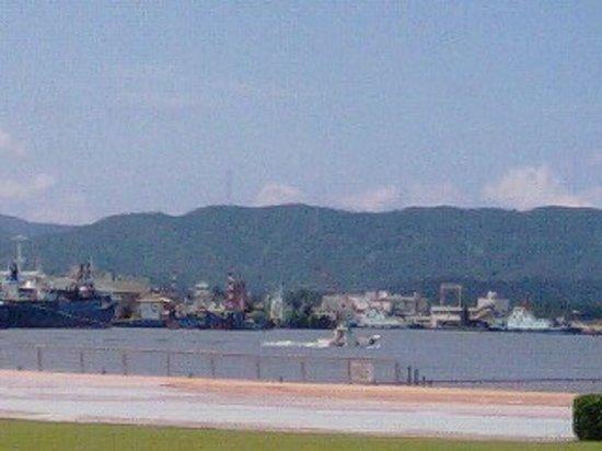 Tsuruga, Japon : 敦賀ムゼウムのある緑地から敦賀港を望む