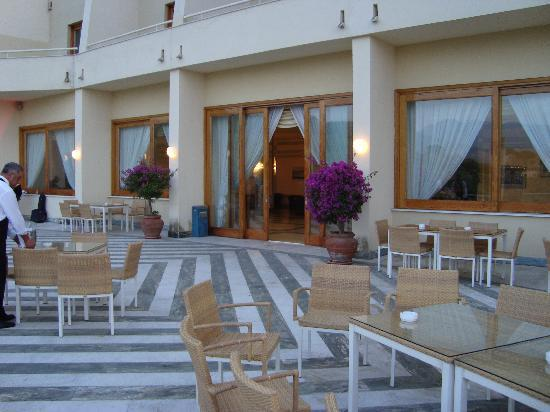 Grand Hotel Vesuvio: The huge patio area of the hotel where one can enjoy a drink watching the lovely views of the se