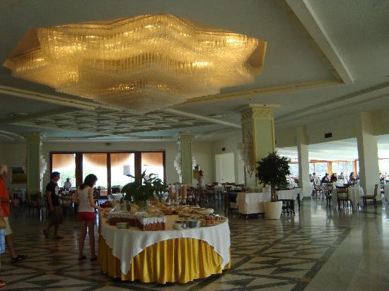 جراند هوتل فيسوفيو: Huge lovely dining area.