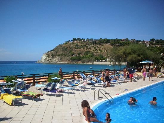 Villaggio Santa Maria: La piscina con vista sul mare