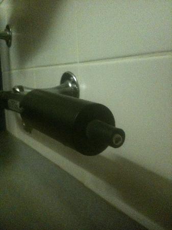 Metro Inns Huddersfield: Bare Wires on radiator!!!